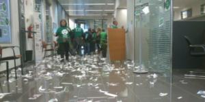 Ocupada l'oficina de La Caixa #Tortosa fins que no paren la subhasta d'#AnnaMariaVsMordor @LA_PAH #TerresdelEbre