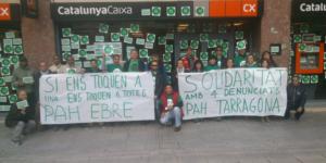 La PAH de les #TerresdelEbre bloqueja l'obertura de #CX a #Tortosa en solidaritat amb les companyes de @PAH_TGN #siespot